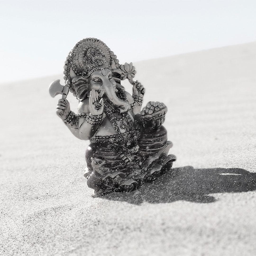 Estatua de Ganesha en la playa
